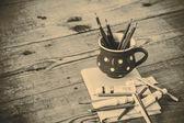 Vintage buntstifte im rot cup — Stockfoto