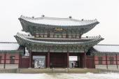 Beautiful gyeongbok palace in soul, south korea - under snow, winter — Stock Photo