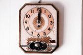ρετρό τοίχο ρολόι σε παλιά φόντο — Stockfoto