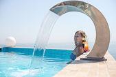 在泳池轻松的女人 — 图库照片