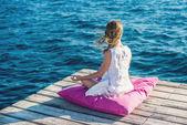Vrouw mediteren op de zee — Stockfoto