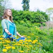 Mujer bonita meditar en el parque — Stockfoto