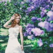 Beautiful bride in spring blossom — Stock Photo