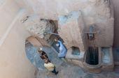 Tourist in courtyard of Nizwa Fort, Oman — Stock Photo