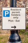 Sign warning motorists 'Residents permit holders only' — Stock Photo