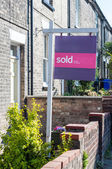 "Estate agent ""Sold"" sign outside a property in England — Stock Photo"