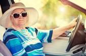 Senior donna guida auto — Foto Stock