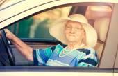 старший женщина в автомобиле — Стоковое фото