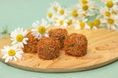 Candies with saffron on background of daisies — Stockfoto