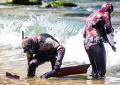 Spear fishermen ready to start spearfishing — Stock Photo