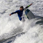 Athlete surfing on San Lorenzo beach — Stockfoto