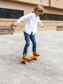 Boy practicing skateboard — Stock Photo