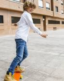 Junge praktizierender skateboard — Stockfoto