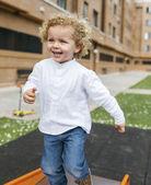 Przystojny blond chłopiec w parku — Zdjęcie stockowe