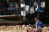 Laos hill tribe and needlework for sell to tourist — 图库照片