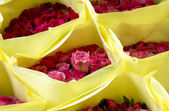 Red and Pink Roses in yellow paper package for valentine and lov — Zdjęcie stockowe