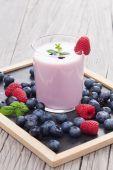 Milkshake with fresh berries — Stock Photo