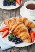 Fresh croissants and ripe berries — Zdjęcie stockowe