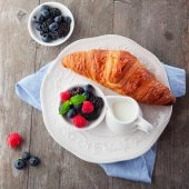 Fresh croissant and berries — Stock Photo