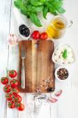 西红柿和奶酪配罗勒叶 — 图库照片