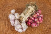 Bunch of garlic and shallot  — Stock Photo