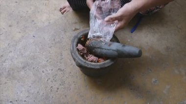 Pounding Thai chili sauce — Stock Video