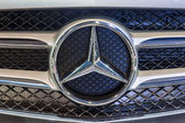 Close up logo of Mercedes Benz — Stock Photo