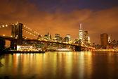 New York City Manhattan Downtown with Brooklyn Bridge at dusk — Foto de Stock