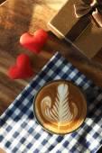 Vintage barevný tón šálek kávy s červeným srdcem na stůl — Stock fotografie