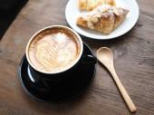 木製の机の上のコーヒー カフェラテ アートのカップ — ストック写真