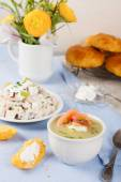 Bowl of creamy leek soup with smoked salmon — Stock Photo