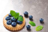 Tartlet filled with lime curd and blueberries — Stock Photo