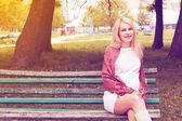 Pregnant woman sitting bench park — Stockfoto