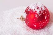 Palla di natale sulla neve — Foto Stock