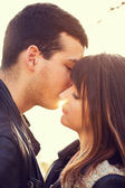 Pareja de mujer hombre retrato sol de besos — Foto de Stock