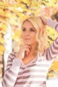 Blonde woman park — Foto de Stock
