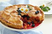 Peach and blueberry summer pie — Stock Photo