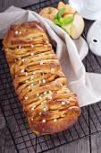 Apple cinnamon pull-apart bread — Stock Photo