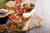Coffee with figs and cheese bruschetta — Stock Photo