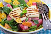 用新鲜西瓜和萝奶酪沙拉 — 图库照片