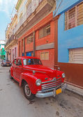 Sokak eski şehir, havana, küba'nın eski model kırmızı araba — Stok fotoğraf