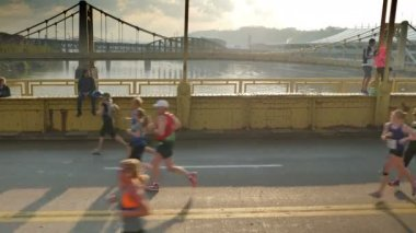 Participants race across the Andy Warhol Bridge at the 2015 DICK'S Sporting Goods Pittsburgh Marathon. — Stock Video