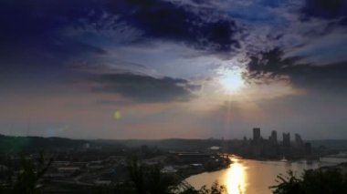 A dramatic wide shot time lapse sunrise over Pittsburgh, Pennsylvania. — Stockvideo
