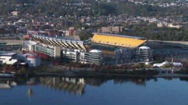 O vybudování záběr Heinze Fielda v Pittsburghu, domov pro Pittsburgh Steelers. V 4 k Ultrahd. — Stock video