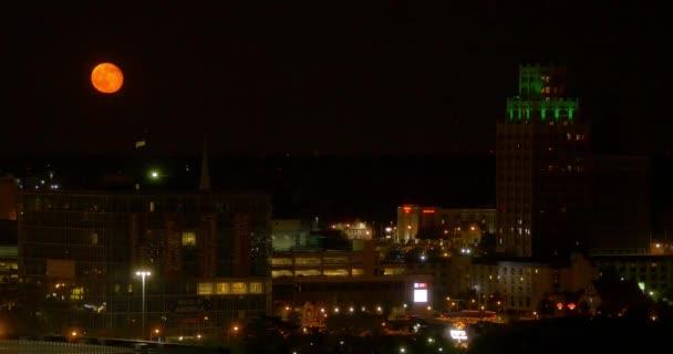 Luna llena sobre la ciudad de Niagara Falls — Vídeo de stock