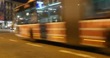 Busy streets at night in Barcelona. — Video Stock