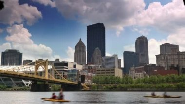 Kayakers paddle on the Allegheny River — Stock Video
