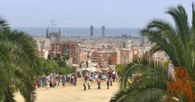 Tourists enjoy the panoramic views at  Park Güell — Stock Video