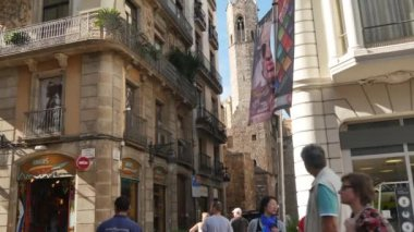 Narrow streets and sidewalks of Barcelona — Stock Video