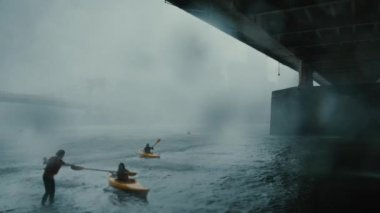 Kayakers desperately race to find cover under Andy Warhol Bridge — Stock Video